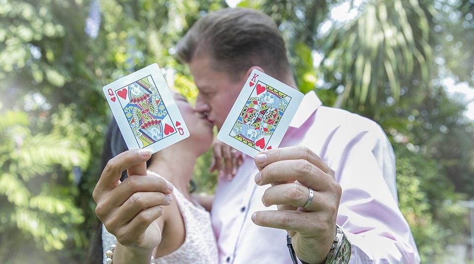 Ja, Sie ist die Herz-Dame, er der Herz-König ! Gefällt Ihnen dieses 'Spiel' ? Die Liebes-Regeln sind bekannt, man spielt mit transparenten Karten und dann die Überraschung: Beide sind die Gewinner !! Ein Miteinander-Spiel !!