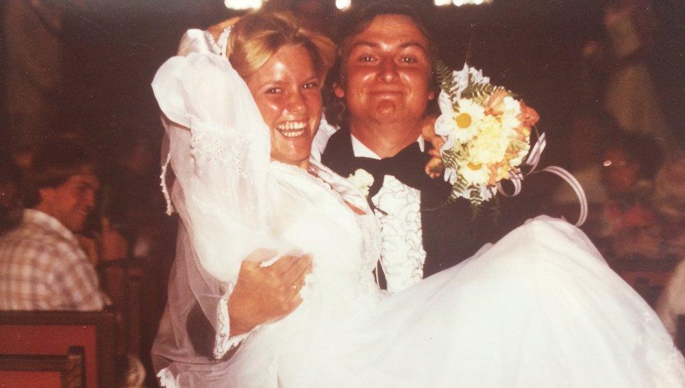 ....   Terri und ich hatten eine wunderschöne Hochzeit. Für uns waren die ersten vier Jahre besondere. Das ist wichtig für spätere schwierige Zeiten. Es kamen dann die Kinder, was unsere Rollen sehr verändert hat und eine Anpassung verlangte. Da kann es vorkommen, dass der Mann, gewohnt die Nummer 1 zu sein, plötzlich zur Nummer 2, 3 oder 4 wird. Das verlangt konstruktive Verarbeitung.   ..   Terri and I had a wonderful wedding and the first four years of marriage were like a dream. We realized later how important that time was to help us get through the difficult times that would come. When the children arrived on the scene, our roles changed and adjustments were necessary. In this phase, it may happen that the husband, who is used to being number ONE for his wife, suddenly has to don the #2 position, then #3 or even #4. It's quite a challenging process and can only end successfully if both parties are willing to put forth some constructive effort.   ....