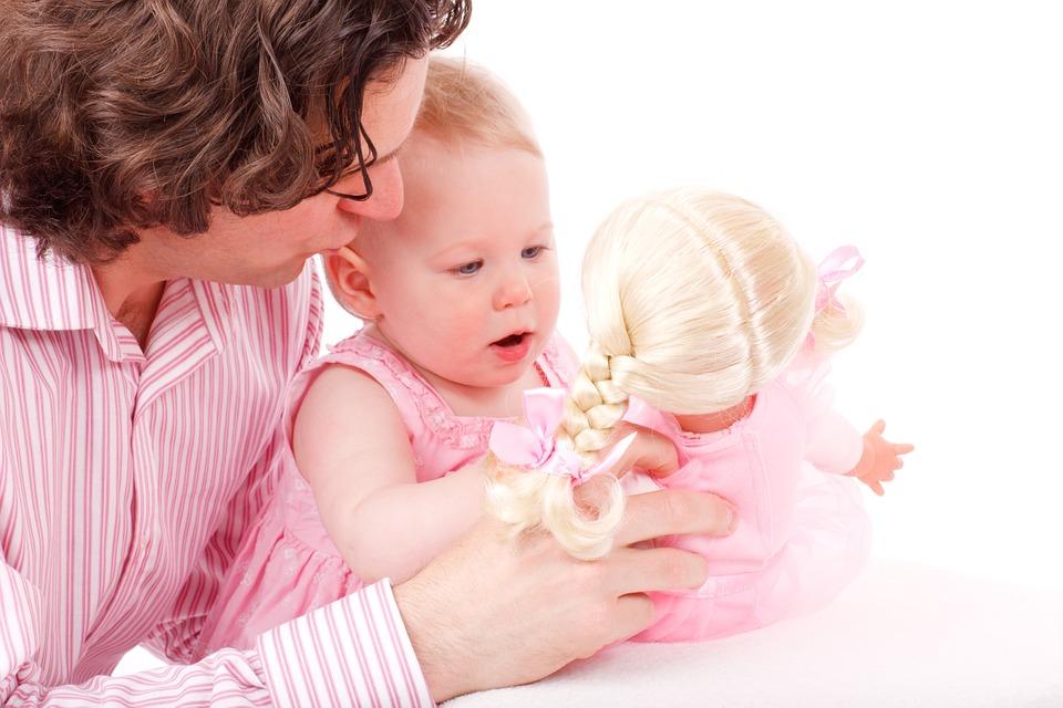 Sich auf gleiche Augenhöhe und Sprache begeben, Interesse an Gegenständen und Umständen zeigen, Begeisterung mitfühlen und leben, das verbindet Kleinkinder mit den Eltern ungemein.