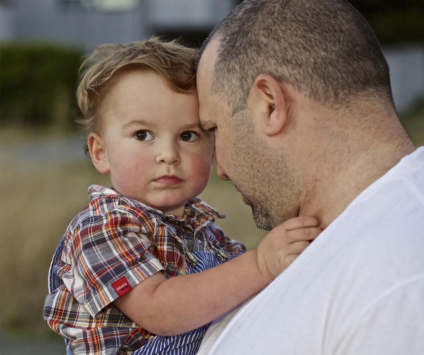 ....     Väter spielen, wenns ums Strafen geht, eine wichtige Rolle. Oft vertagen die Mütter die Strafe auf die Heimkehr von Papa. Wenn die Väter richtig strafen können, dann werden sie eine starke Beziehung zu ihren Kindern entwickeln. Gesegnet ist ein Kind, das wohlwollende, vernünftige, intelligente Strafen als Lebenskorrektur erleben kann.     Übrigens sollte eine Strafe so schnell wie möglich auf die Straftat folgen, damit die Strafe auch in Verbindung mit der Tat erlebt und im Gehirn so abgespeichert wird.     ..    When it comes to punishment, fathers play an important role. Mothers often delay a punishment until father comes homes. If fathers can discipline their children properly, they will develop a strong relationship with them. Blessed are the children who experience a benevolent, sensible, intelligent punishment as a corrective measure for their lives!     By the way, a punishment should be administered and experienced immediately, or as quickly as possible after the offense, so the child's brain can process both together and make an intelligent connection between the two.     ....