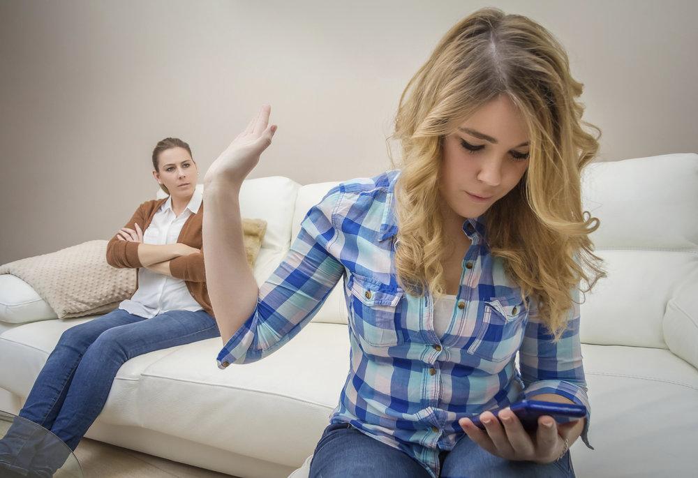 ....     Disziplinarischer Umgang mit Teenagers ist eine Sache für sich. Einerseits müssen sie lernen, selbstverantwortlich zu denken und zu handeln, andererseits sollen sie die Werte ihrer Eltern respektieren lernen. Umso wichtiger ist es, ihre Liebessprache zu kennen. Dann können auch grössere Klippen überwunden werden.     ..    Disciplining teenagers is a chapter all by itself. On the one hand, they need to learn to think and act responsibly; on the other hand, they still need to learn to respect their parents' values. All the more important to know their love languages! Then, even big hurdles can be overcome.     ....
