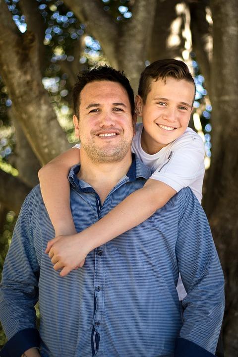 Häufig wird das Bedürfnis der Jungs nach Körperkontakt vor allem mit dem Vater etwas vernachlässigt. Sie spielen und tollen so gerne mit ihm. Damit ist ein beträcht-licher Teil ihres Selbstwertes verbunden. Die Meinung ihres Vaters über sie ist ihnen hochgradig wichtig. Seiner Liebe wollen sie sich immer wieder versichern.