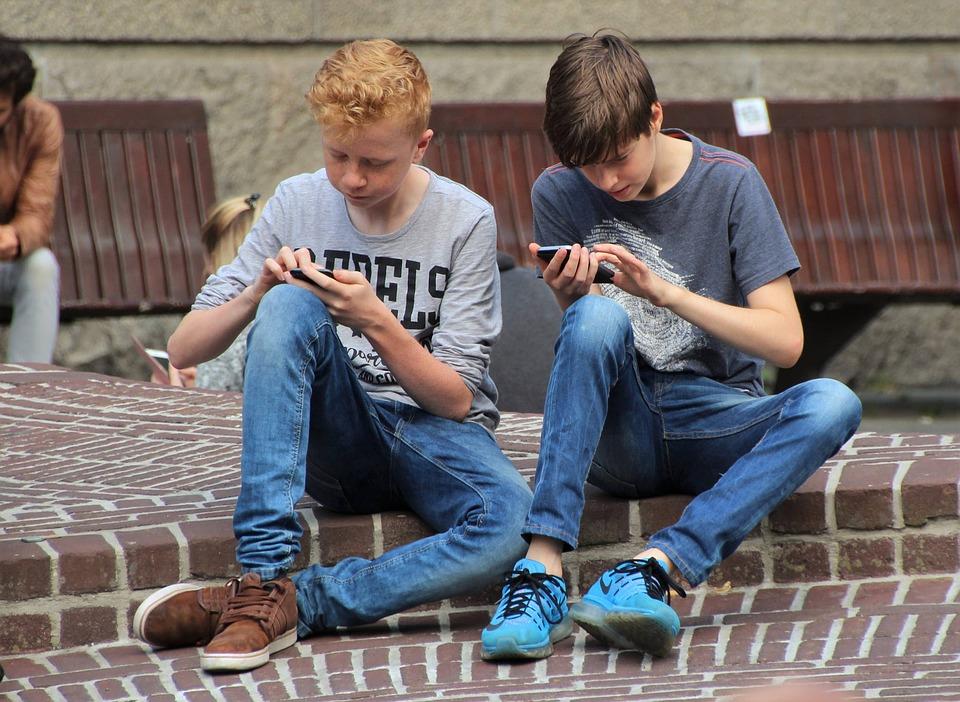 """....    In der Schule werden die Kinder gegenseitig angespornt, interessante Infos aus dem Internet runterzuladen. Faszinierende Welt. Spannung pur. """"Cool"""" nennt sich das.     ..    At school, children share and encourage each other to download information from the Internet. Fascinating world. Pure excitement. It's cool.    ...."""