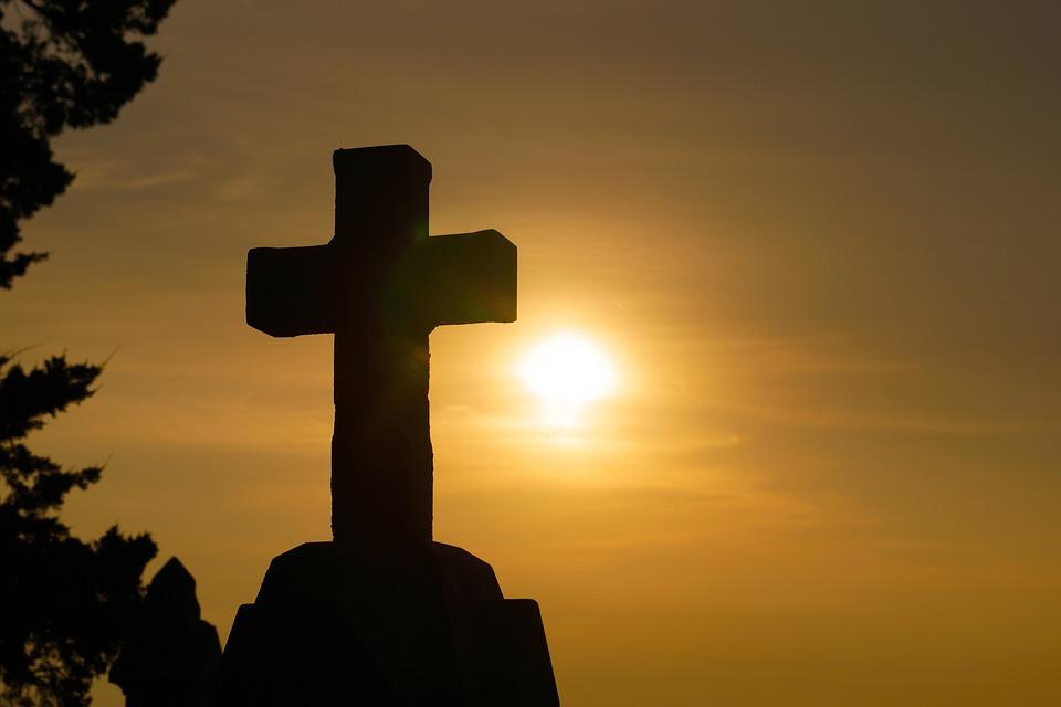 ....   Jesus hat LIEBE neu definiert. Man stelle sich die Engelschar vor, die zum Kreuz blickt und sich wundert, dass Liebe so tief und so weit gehen kann, dass sich der Schöpfer unserer Erde für uns opfern lässt ! Universal galaktisch sensationell einmalig ist so etwas.   ..   Jesus redefined LOVE. Just imagine the host of angels watching the cross, amazed at the depth and breadth and length to which love could go, that the Creator of the universe would die for us! How awesome is that?   ....
