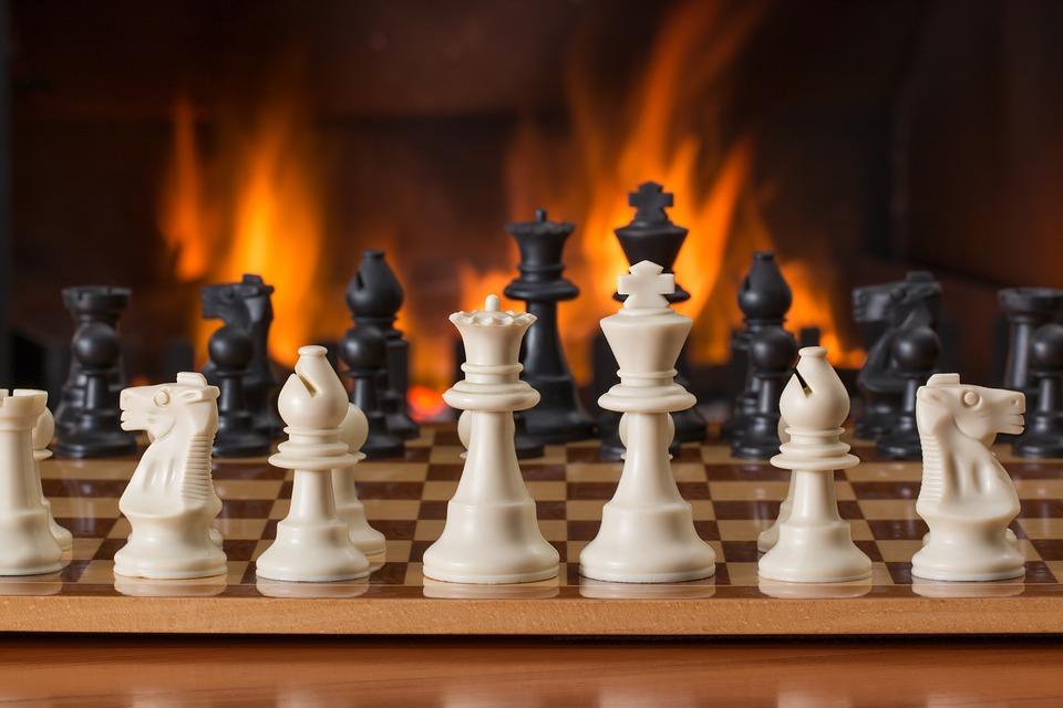 ....   Wer das Spiel der Spiele kennt, weiss, dass Nachdenken, Planen und das Verfolgen eines Ziels entscheidende Gewinnfaktoren sind. Ohne sie ist nichts zu machen. Vielleicht ist das mit Neujahrsvorsätzen ähnlich. Etwas zu ändern beziehungsweise zu verbessern sind wir uns selbst schuldig. Schliesslich ist jeder für sein Leben verantwortlich.   ..   Those of you who know the game of games, chess, know that much thought, strategic planning and adherence to the plan are deciding factors in the outcome. Without these, nothing will be accomplished. Perhaps it is similar with New Year's resolutions. We really owe it to ourselves to improve our circumstances. Each of us carries responsibility for his or her own life.   ....