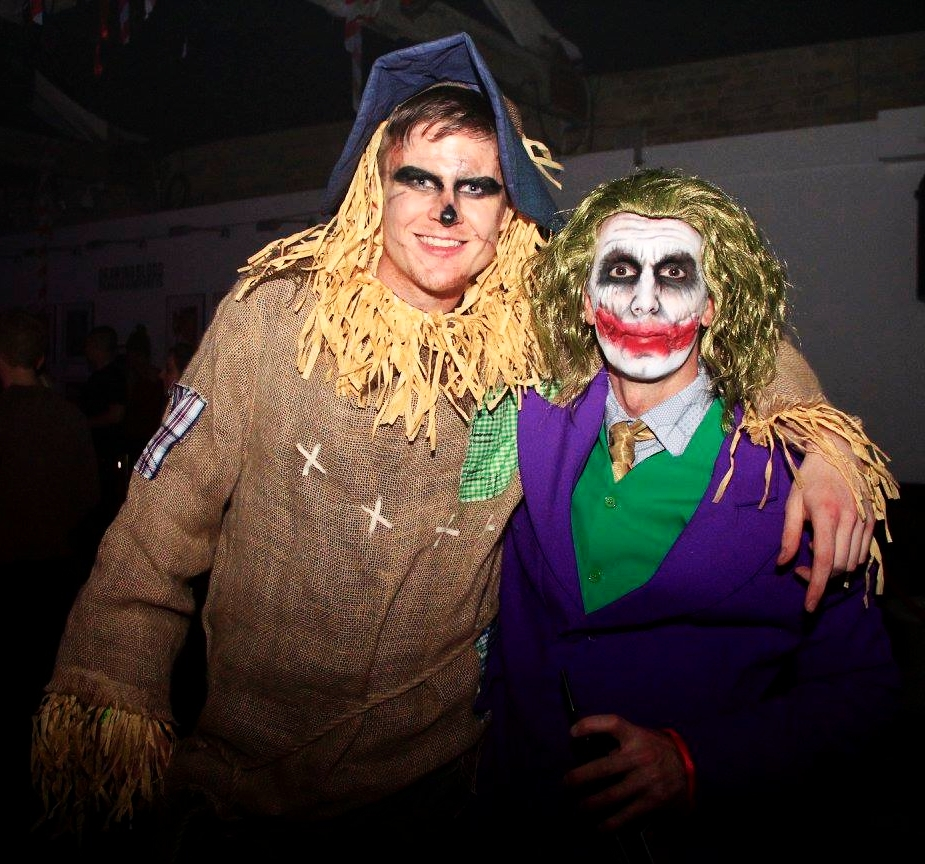 the-joker-and-a-scarecrow-pubcrawling.jpg