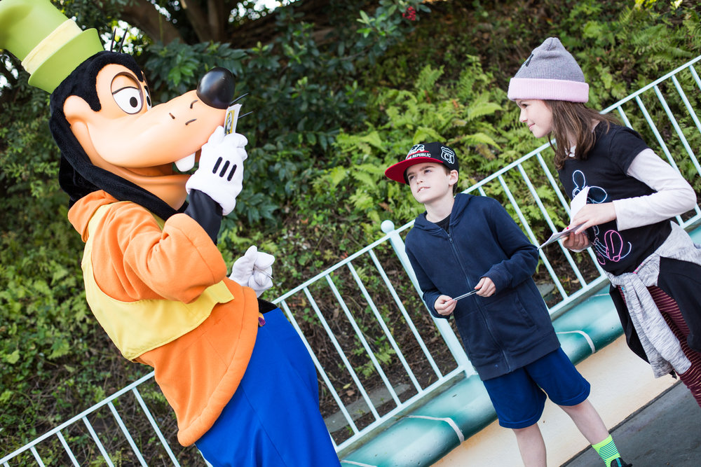 Goofy kisses the autograph books after he signs them. He's a classy one, that Goofy.