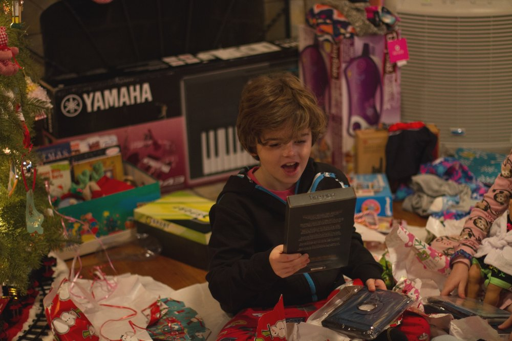 boy+opening+presents+on+Christmas+morning_lori+fuller+photography