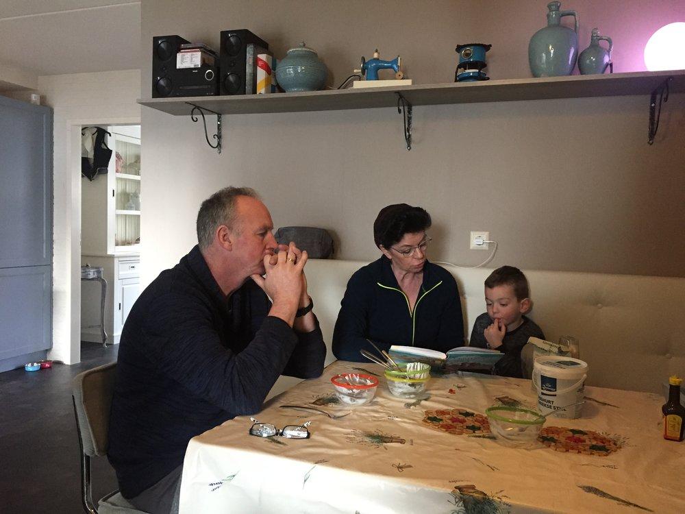 Macaroni eten bij Ineke op Urk. Na het eten wordt er voorgelezen uit de kinderbijbel.