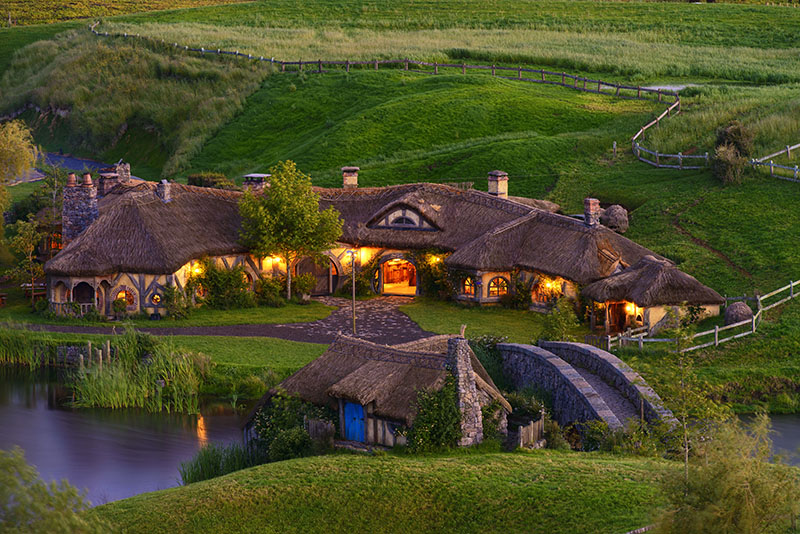 103_Hobbiton_promo_Green-Dragon-outside-lights.jpg