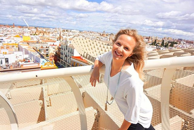 Raise your hand if you're a sucker for a good viewpoint 🙋🏼‍♀️😎 🌅⠀ ⠀ Oftentimes look outs in cities can be extremely overpriced and packed but Sevilla's Las Setas regulates how many people go up at once and only charges 3€-plus you get a free post card=winning! 🤓 ⠀ The view is 360 degrees and the sculpture goes around in a loop so you get tons of different awesome angles of the city below! 🌃 ⠀ ⠀ Highly recommend it next time you're in Sevilla! 🇪🇸