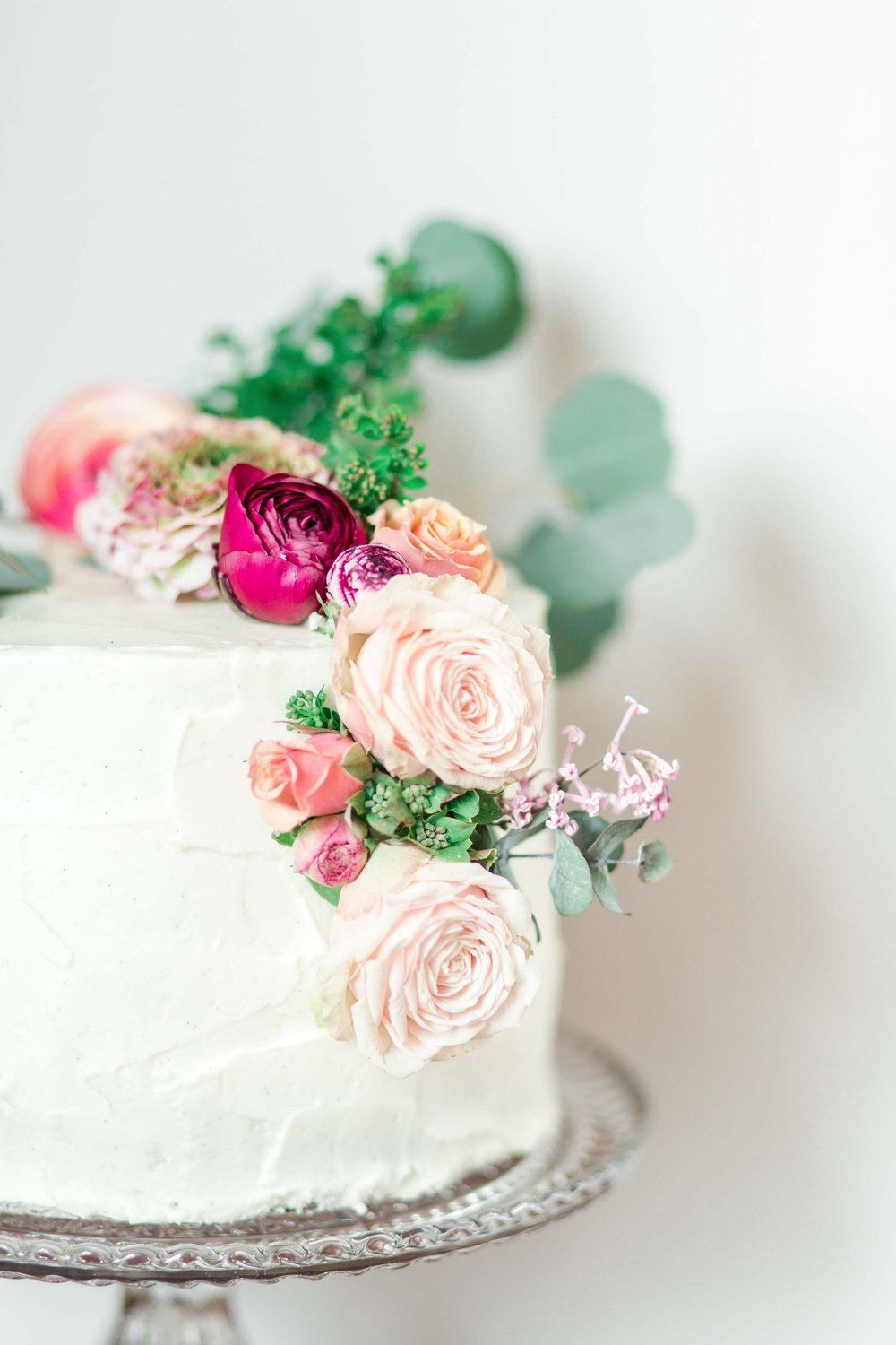 frosted-wedding-cake-with-asymmetrical-flowers