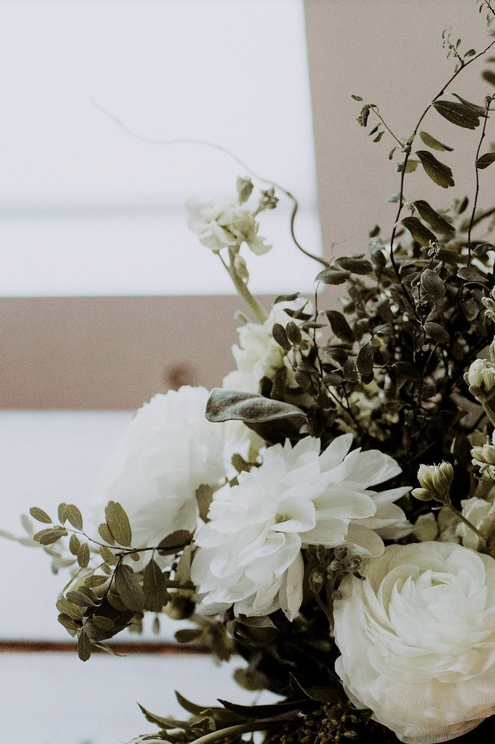 white-wedding-flower-arrangement