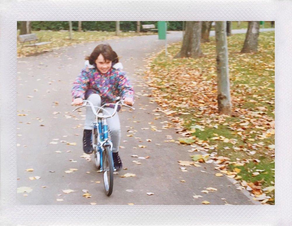Cris V. Con su primera bici azul