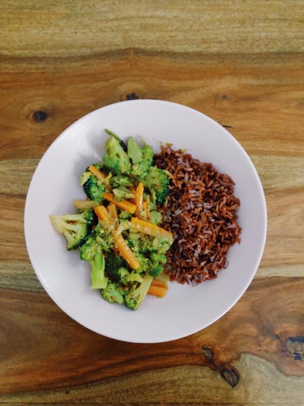 Ingredientes para 2 personas: - Un vaso de arroz salvajeAceite de oliva virgenAjoSal2 Zanahorias1 BrócoliLeche de cocoPasta de curry amarillo (podéis hacerla o directamente comprarla, nosotras la compramos hecha porque somos unas vagas)