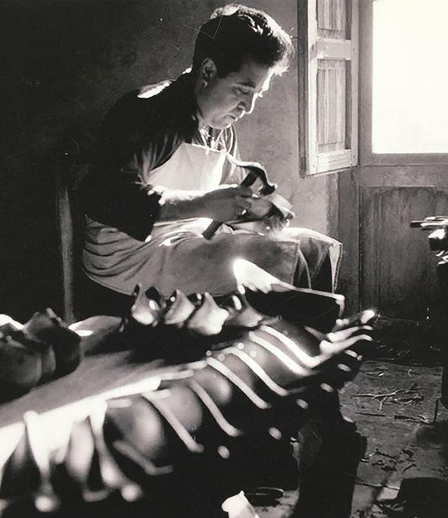 no #cutecats, just a well lit Spanish #shoemaker cerca 1953