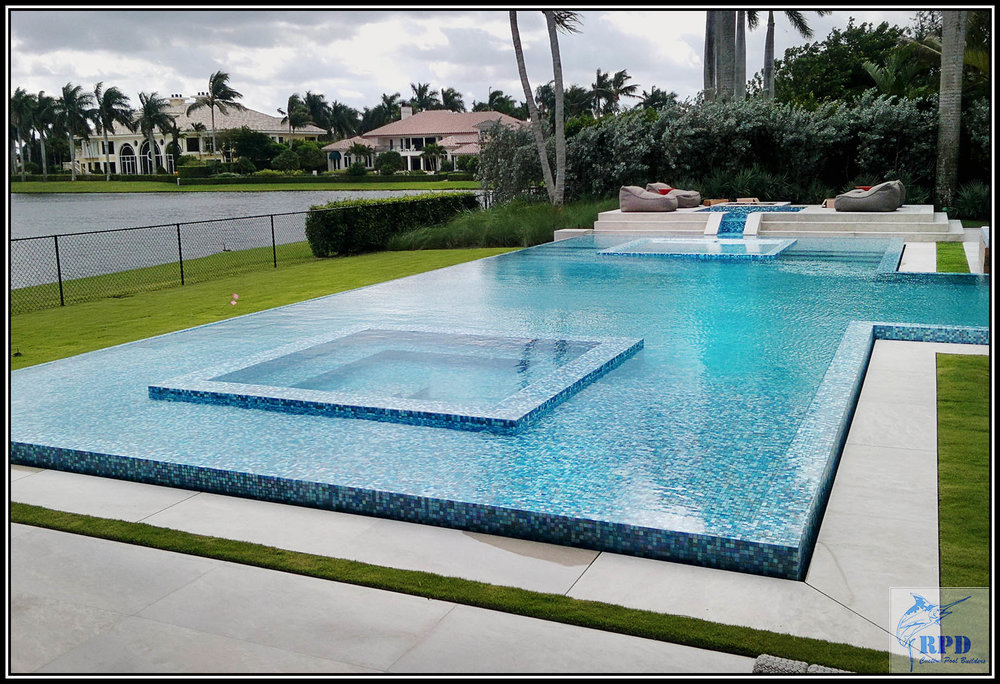 Raised Euro edge pool + with an integrated 360º spillover spa.