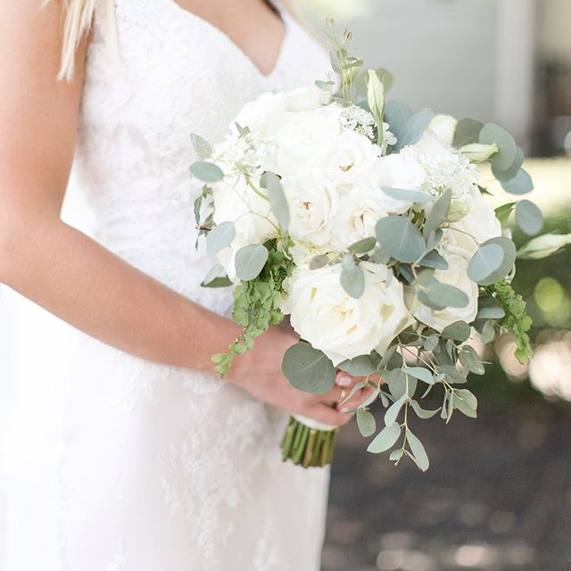 I'm a sucker for an all-white bouquet! 👌🏻 • • • • • • 📸 from assisting Shelby Norris Photography #stylemepretty #soloverly #sochic #georgiapeach #weddingflorals #northgaphotographer #northgeorgiaphotographer #canonphotography #canonphotos #southerncharm #southernbride #southernwedding #southernweddings #southernweddingsmagazine #athensphotography #athensphotographer #theclassiccity #theknotweddings #theknot #lanierbridal #atlantaphotography #athensphotographer #georgiaweddingphotographer #travelphotography #laceweddingdress #bridalbouquet #whitebouquet #roses