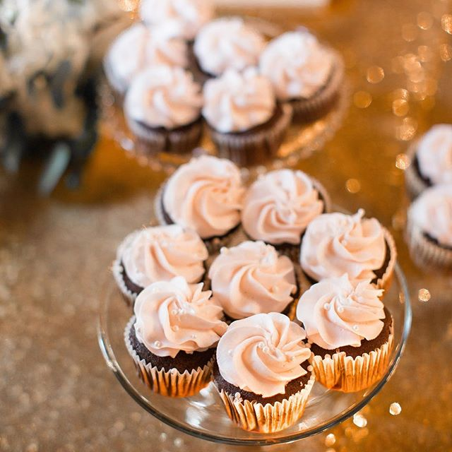 ALWAYS down for a cupcake.. or three. 😬 • • • • • • #stylemepretty #soloverly #sochic #georgiapeach #weddingflorals #detailshots #weddingwire #weddingphoto #weddingphotographer #northgaphotographer #northgeorgiaphotographer #athensphotography #athensphotographer #atlantaphotography #atlantaphotographer #annabphotography #southerncharm #southernbride #southernwedding #southernweddings #southernweddingsmagazine #southernweddingphotographer #glitter #cupcakes #gold #theknot #theknotweddings