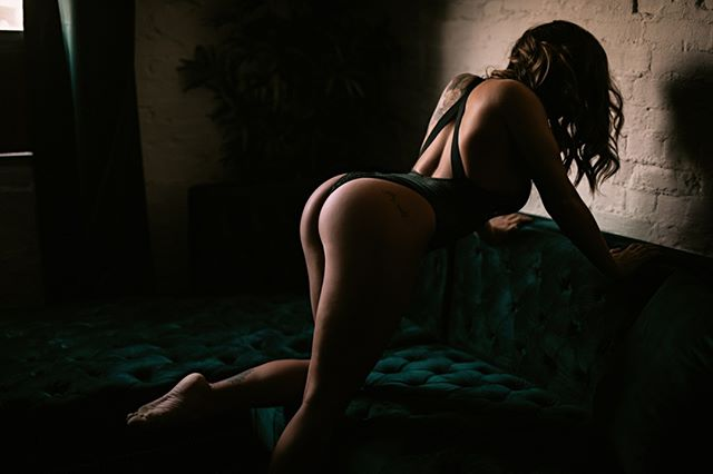 there will never be enough booty in the this feed for me . MUAH by the best @katiekerpan⁣ #boudoirbybree #seattleboudoir #seattle #washington #everettboudoir #topboudoirphotographer #seattle #washington