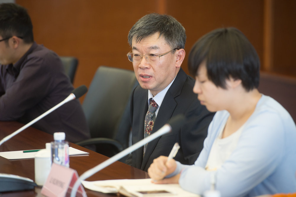Chen Xuecong discusses biotechnology issues with members of the ISGA during a recent visit to Sino Grain in Beijing, China. (Photo: Joseph L. Murphy)