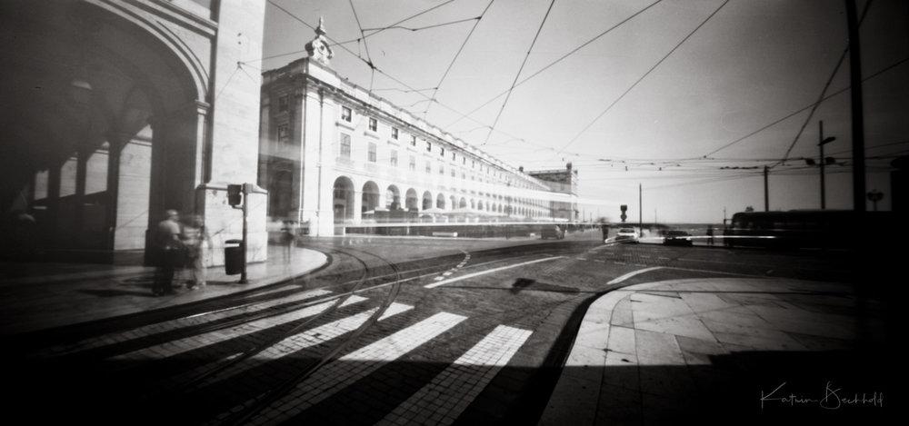 Von der Straßenbahn ist - mit viel gutem Willen - nur noch ein leichter Wischer zu sehen ...