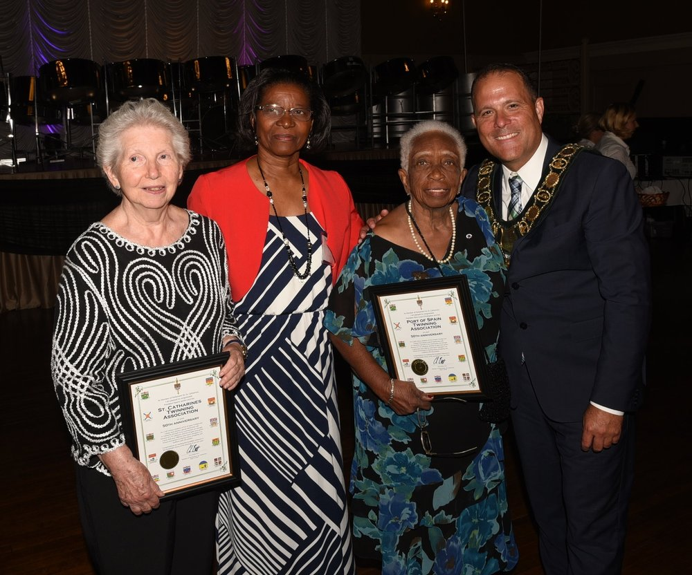 Helen Atteck (l), Allison Alexander, Alice Lucas-Christopher & Mayor Walter Sendzik