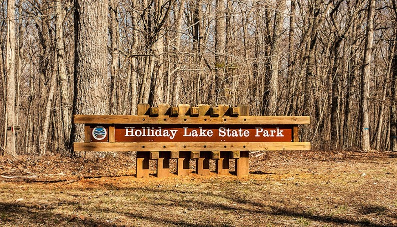 1024px-Holliday_Lake_State_Park_3834_large.jpg