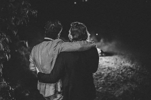 Freundschaft . . . . . . . . . . . #altaussee #hochzeitsfotografsalzburg #mountainlove #hochzeitamsee #freietrauung #elopement #elopementlove #weddingparty #hochzeitsfotografinsalzburg #heirateninösterreich #austrianwedding #mariagadringer #hochzeitsfotografinösterreich