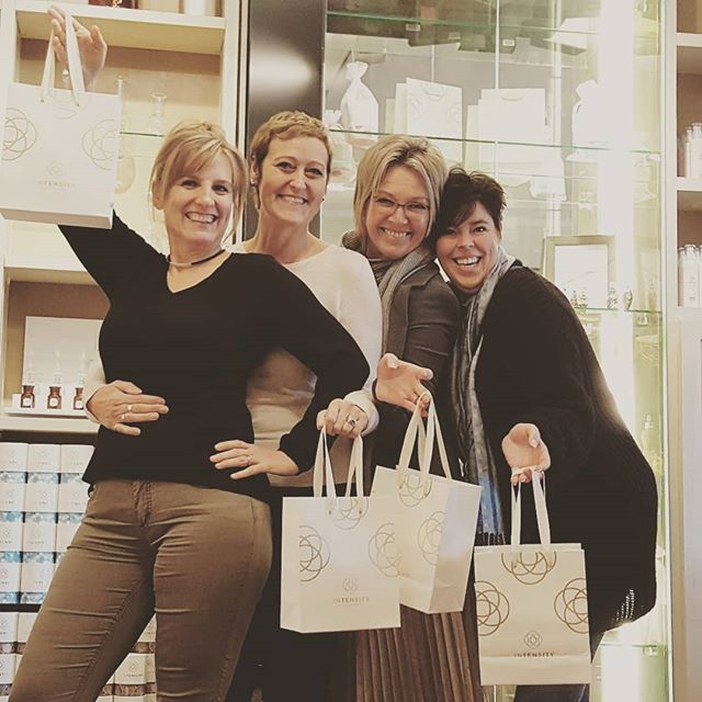 🎶🎶 💟Good vibrations💟 🎶🎶 Let's celebrate more than 30 years of friendship! 💟💟 . . #goodvibrations #friendsforever #intensity #in_tensity #perfume #workshop #antwerp