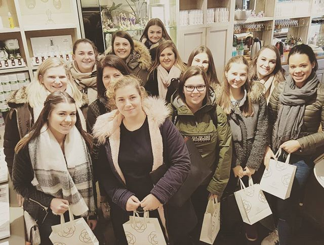 Girl's school trip with a lovely perfume souvenir 🌸🌸🌸 . #perfumery #schooliscool #schooltrip #antwerp #atelier #fragrances #loveit❤️