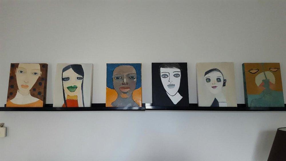 """Någon frågade mig nyligen om jag har min egen konst upphängd hemma. Svaret är ja, eller uppställd iallafall ;-) Dessa tavlor är uppställda nu, då deras """"kompisar hänger"""" i Vällingby."""