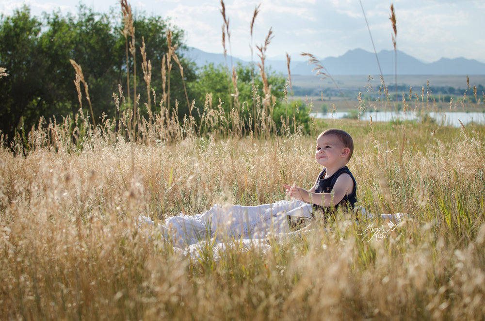child sitting in the grass, playtime, toddler photography