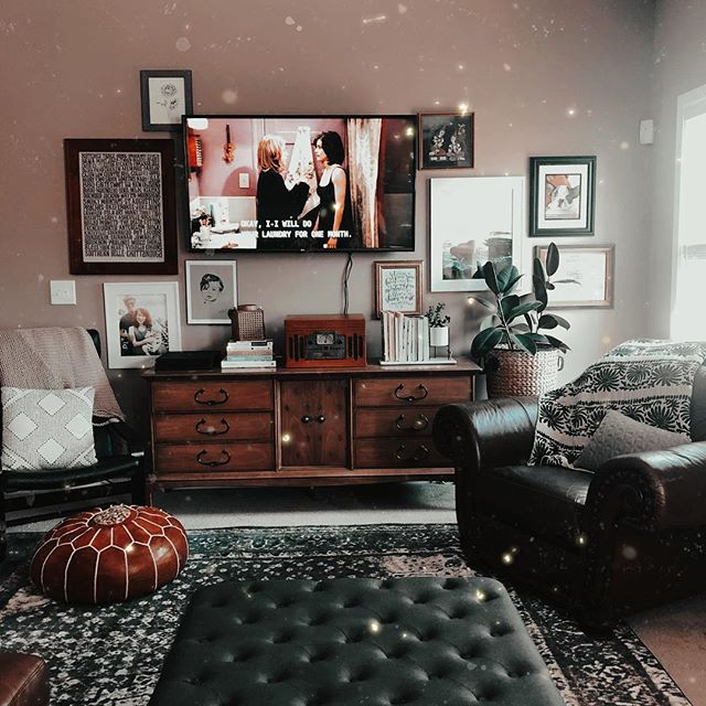 Watching Friends all the way through for the first time. 🙈 Being a child of the 80's I should have done this a lot sooner, a little late to the party but whatever. 😂 I was also late to The Office and reading the Harry Potter books so it's not the first time I've been tardy to cultural entertainment staples. 😅 Is Chandler my favorite? Yes, so so much. 😂