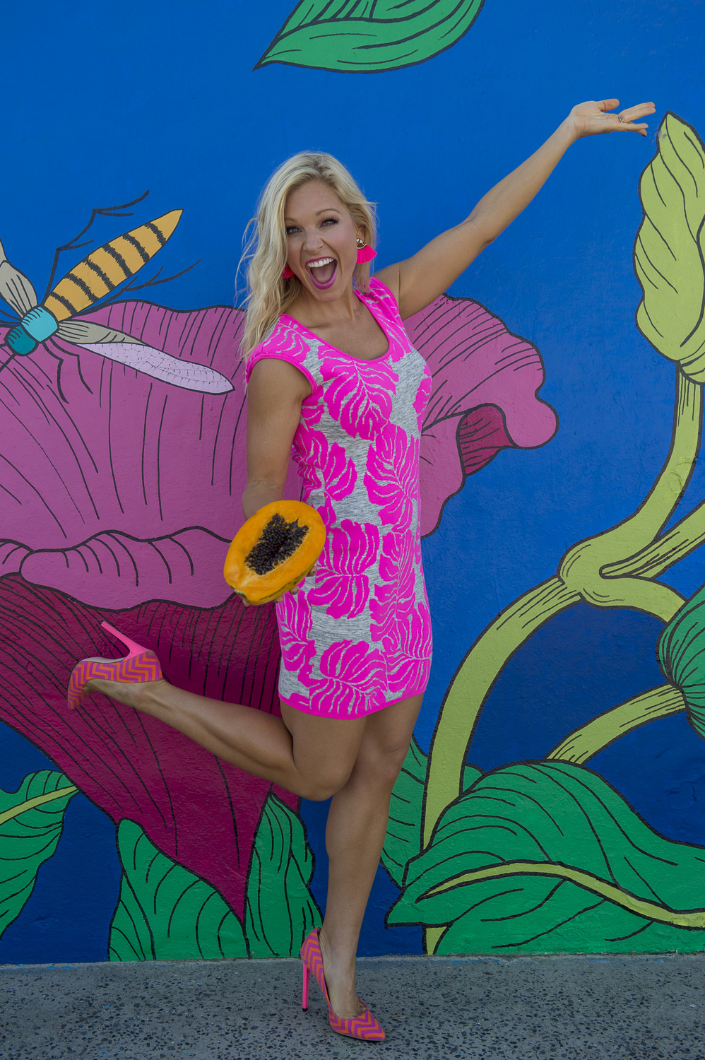 https://www.annakooiman.com/dress-to-impress/pretty-pink-palm-dress-hot-pink-heels-pink-fan-earrings-and-fresh-papaya
