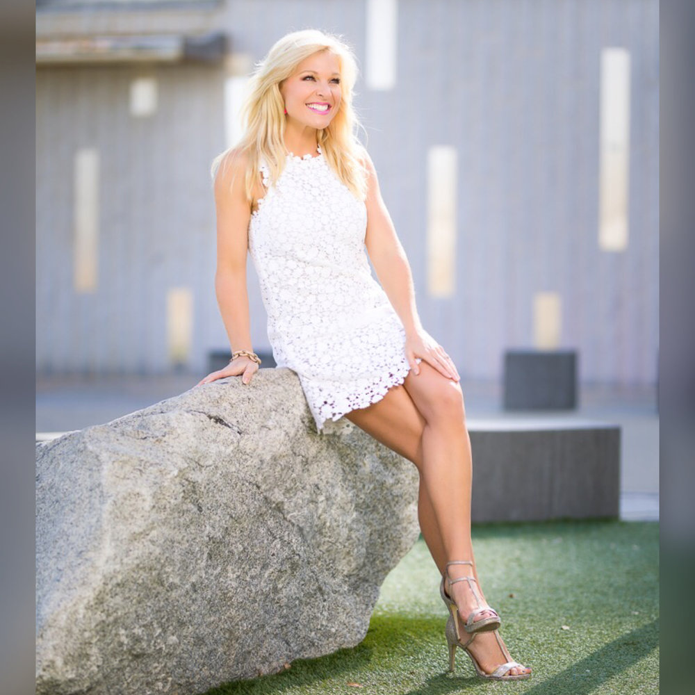 https://www.annakooiman.com/dress-to-impress/michael-kors-white-lace-sheath-dress