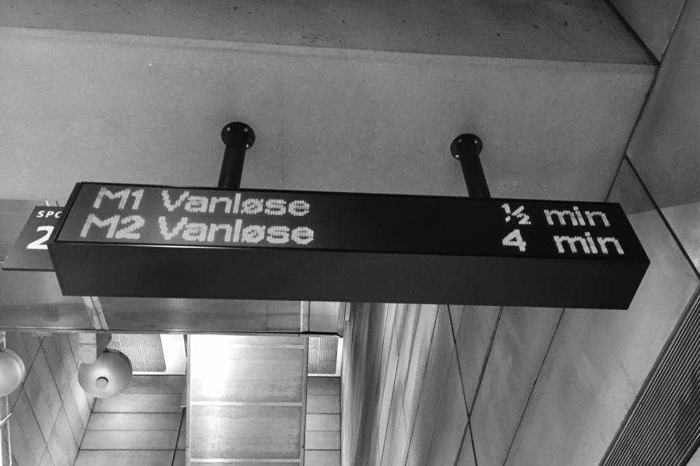 P.S. Очарователният копенхагенски велосипед на заглавната картинка е само за наслада на окото. Препоръчваме на всеки себеуважаващ се турист, без професионален опит в колоезденето, да се придвижва из града пеша или с градски транспорт.