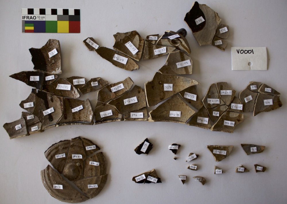 58 fragments showing the interior and base of a Chinese spouted jar, used for liquids such as oil or soy sauce (photo: Paul Macgregor)