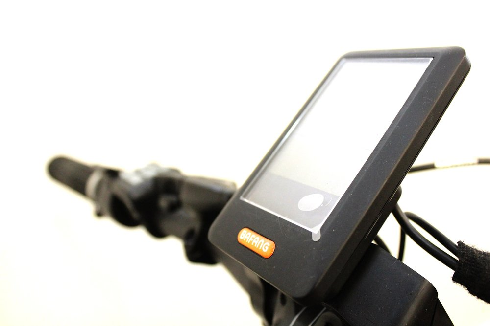 Centrally placed Modern Digital LCD display in the middle of the handlebars for easy and safe viewing of all e-bike functions of speed, distance and battery level.