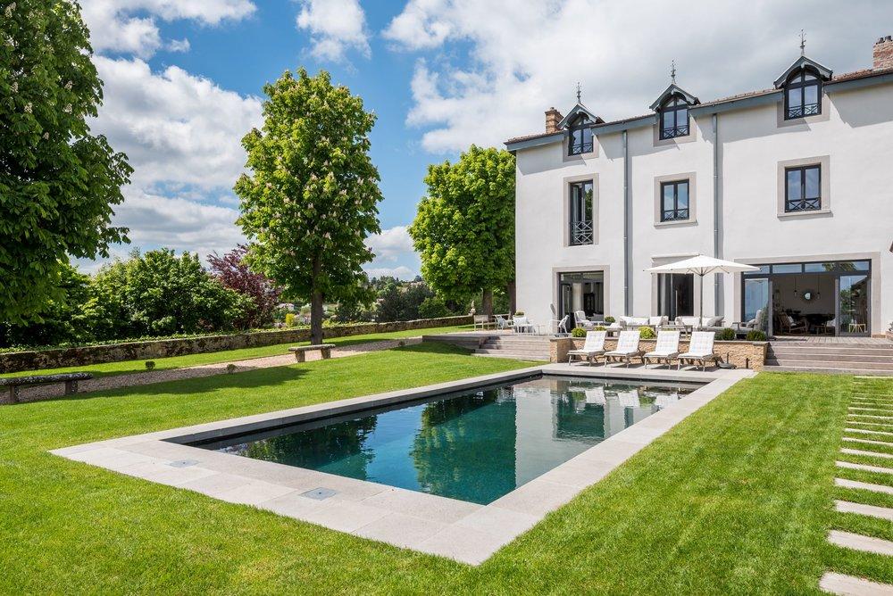 Maison de maître location saisonniere lyon piscine jardin location luxe prestige standing dexception haut