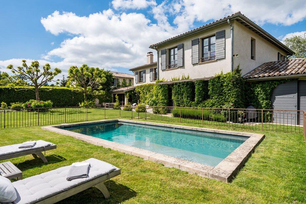 maison villa piscine et jardin artiste art decoration contemporaine charme design campagne location luxe prestige standing