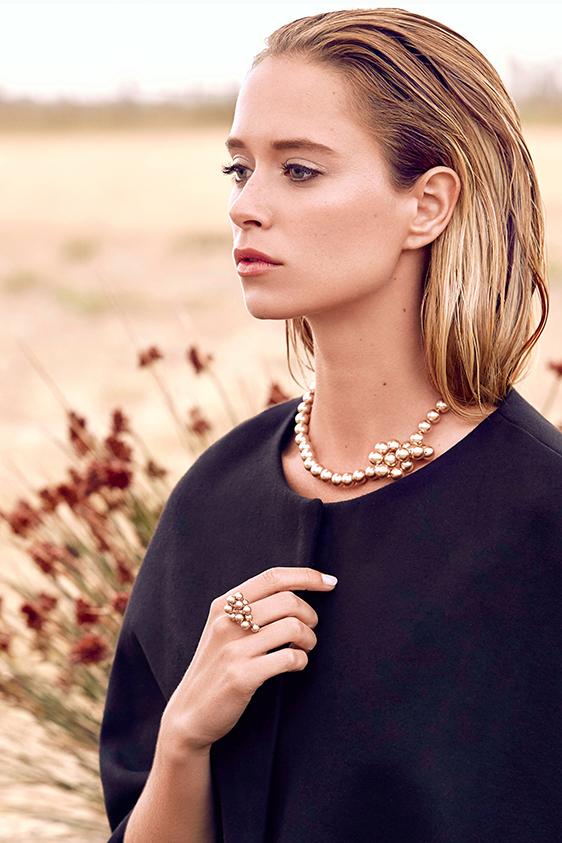 """MISAKI    Misaki nait d'une histoire d'amour entre un photographe globe-trotteur et une illustratrice japonaise. A sa muse, sa """"belle fleur"""" (misaki en japonais), il offre un collier en perles de culture. Particulièrement séduit par la beauté et la pureté de ces perles élevées le long des côtes du Japon, sa découverte lui donne alors l'idée de créer sa marque de bijoux en perles.  www.misaki.com"""