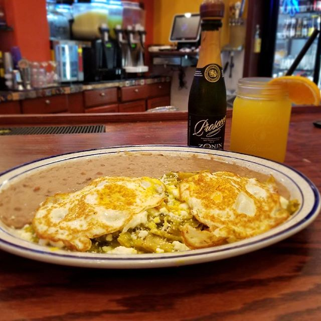 Brunch All Day and also Happy National Prosecco Day!!!!!! 🍾🍾🍾 #sundays #sundaze #speedysislife #speedys #brokenarrow #chilaquiles #mimosas #delicia