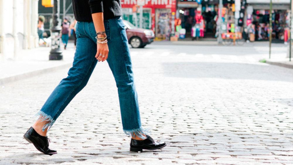 Style-Minimalism-Trends-Frayed-Hem-Denim-Feat