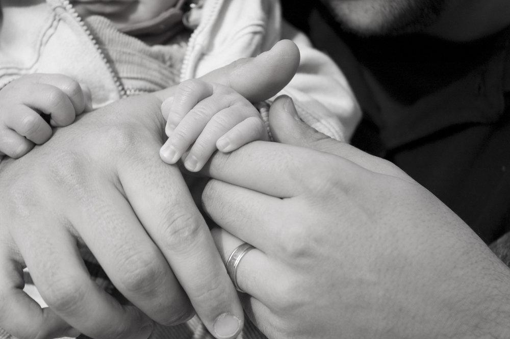 baby-fathers-hand-2-1312105-1598x1062.jpg
