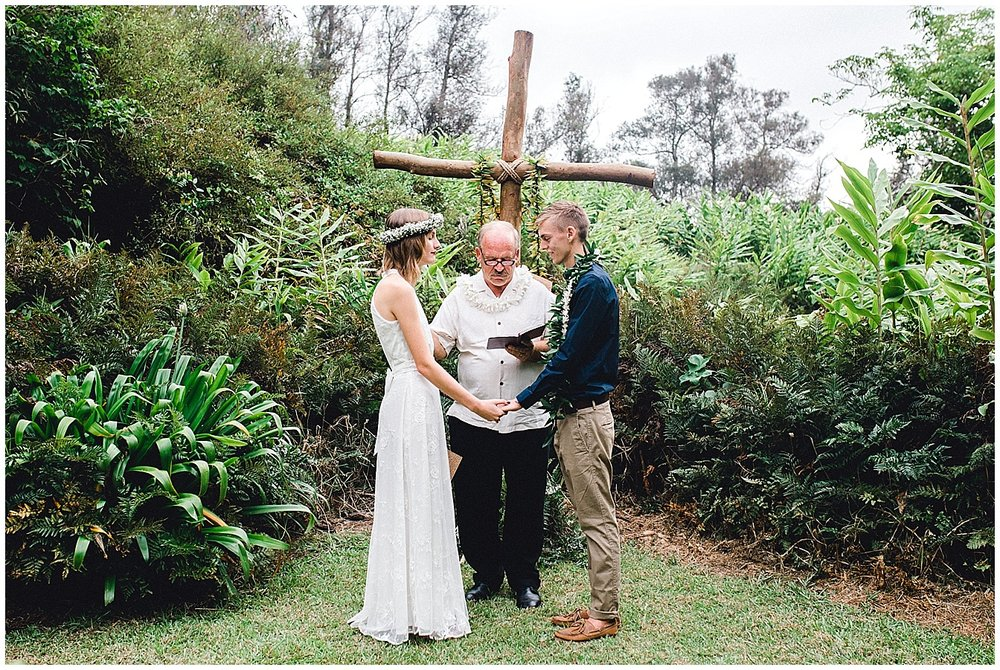Maui bride and groom saying their vows