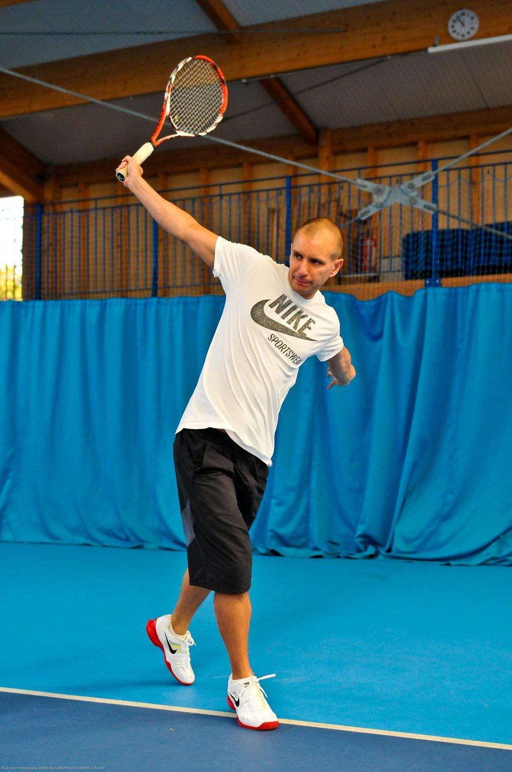 Leigh Brandon  Se specijalizovao za rehabilitaciju povreda i kondicioni trening, radi u ovim oblastima od 1996 godine. Leigh je takodje autor četiri knjige uključujući i The Tennis Biomehanics Manual.  Prvo učešće na SCCS Belgrade Konferenciji.