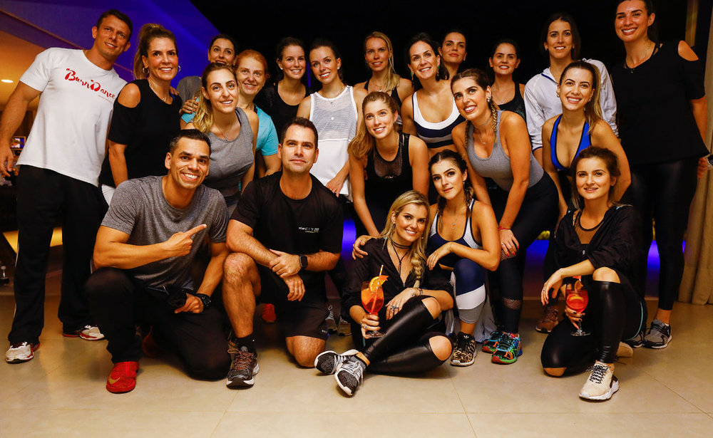 Os professores com todas as alunas - Foto: Celso Junior