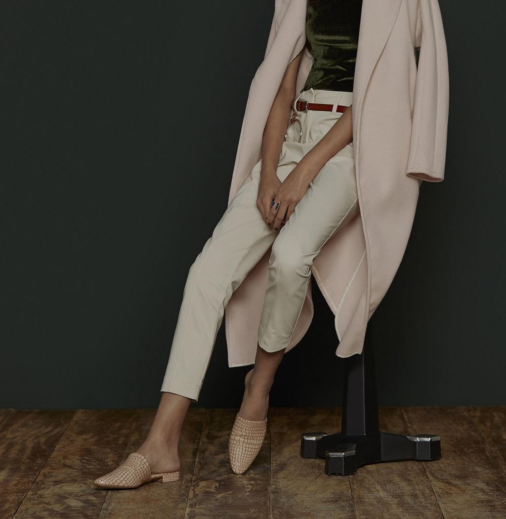Mulher usando um look minimalista, com cores neutras