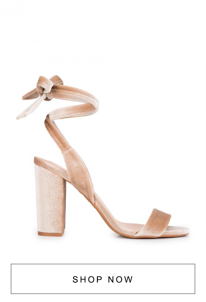 Sandália de salto nude com amarração em veludo